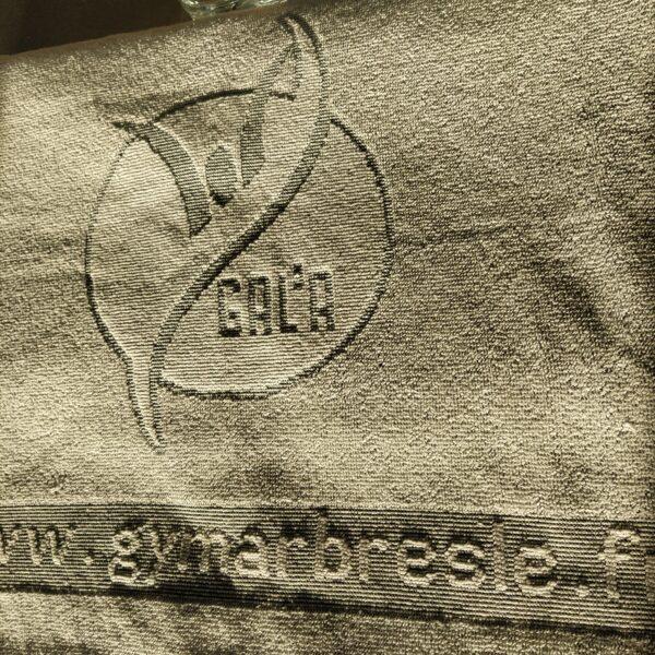 serviette en lumiere rasante pour bien voir les inscriptions